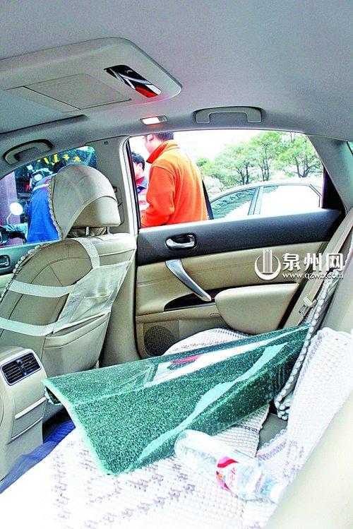 停车场内车窗被砸9000元被盗 管理员称没办法