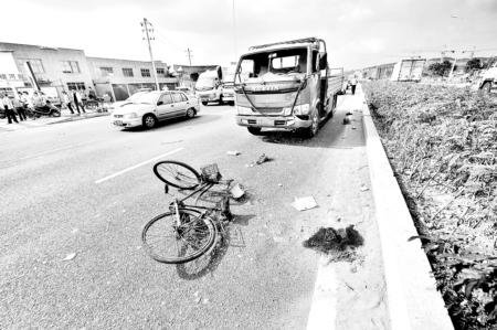 福峡路又酿惨剧 老人横穿快车道被货车撞飞