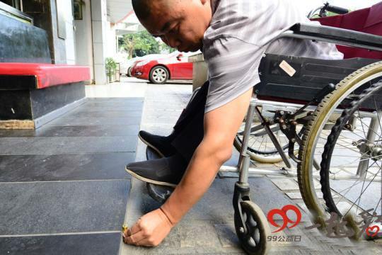"""他双腿残疾坐着轮椅行善 推出""""防走失""""小程序"""