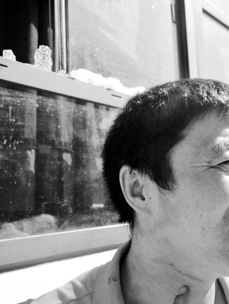 榕骑车男子砸公交车玻璃后逃逸