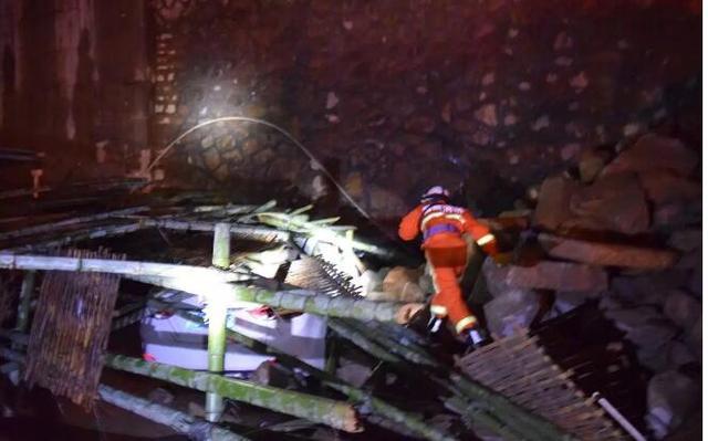 德化一挡土墙突然倒塌 两辆小车被压