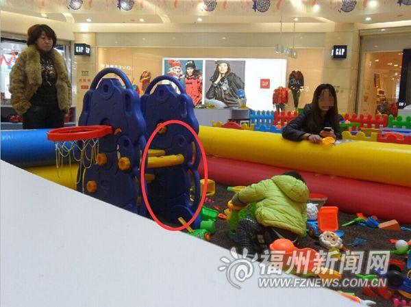 儿童乐园滑梯破损 商家竟用胶布黏合且疏于管理