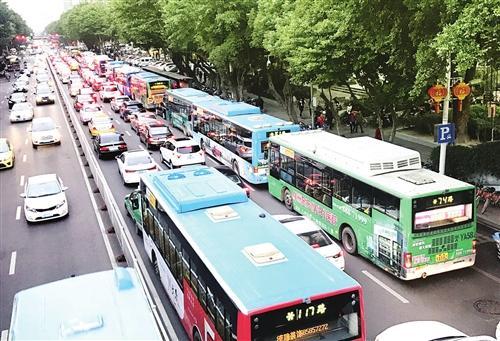 福州交通部门多举措 缓解公交列车化