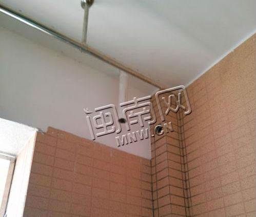男子入住新房4个月阳台排水管炸开 掉下干水泥