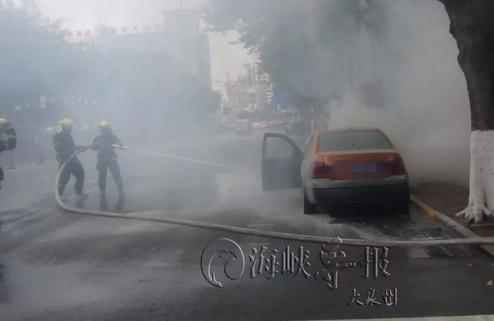 现场!泉州闹市区一小车自燃 浓烟滚滚