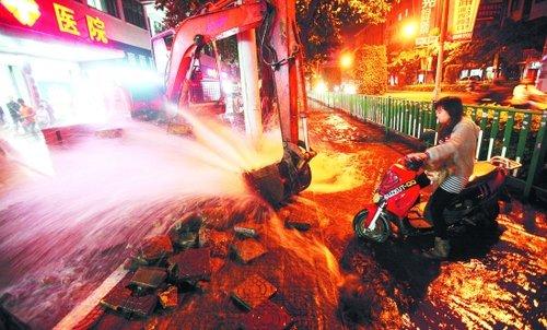 水管被挖爆狂喷两小时 千户居民全停水