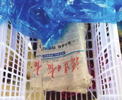20斤重的水果混入5斤湿报纸 商家:属行业惯例