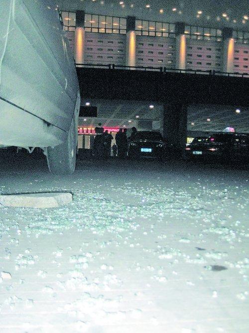 出租车玻璃被砸 司机保安称被打