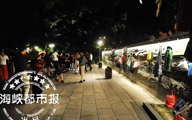"""福州公园浮雕成""""衣挂"""" 被来锻炼的市民挂满衣物"""