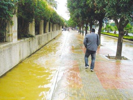 水管爆裂淹了非机动车道 福清数百户居民停水