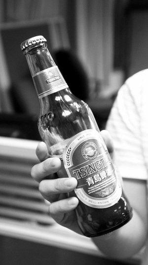 打开青岛啤酒竟喝出绿茶味 销售人员称正常情况