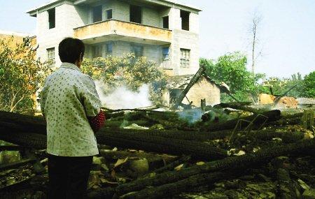 老宅失火疏散住户 邻居救下隔壁割腕自杀老人