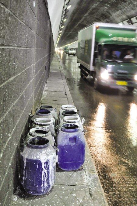 鼓山隧道一地涂料路面湿滑 10分钟3起追尾