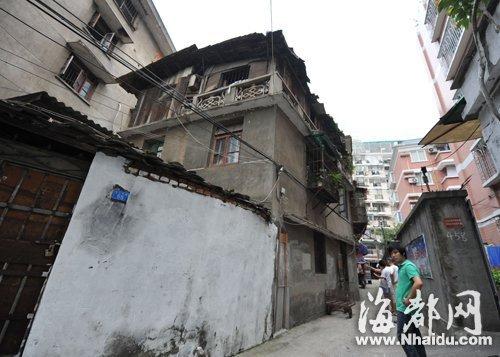 最危险违建 老宅两层变三层一堵墙向外倾斜