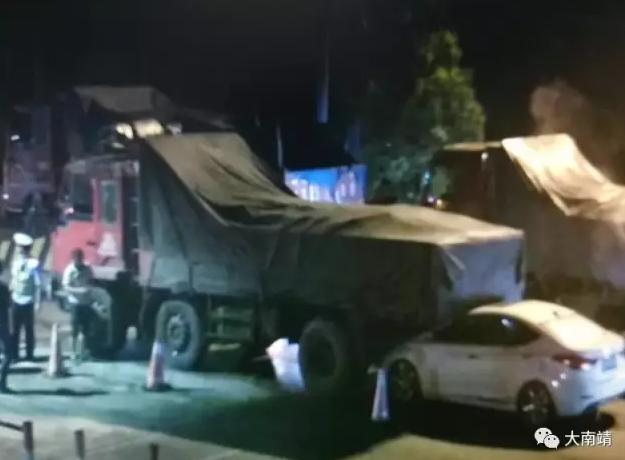 惊险!厦蓉高速一货车突踩油门倒车 后方小车遭殃