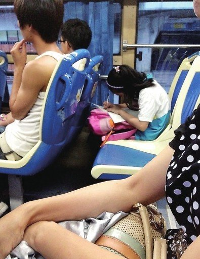 福州71路公交车上<font color=red>埋头做作业</font>的孩子_大闽网_