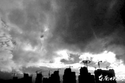 """台风""""凤凰""""移动慢影响大 强降雨或引发次生灾害"""