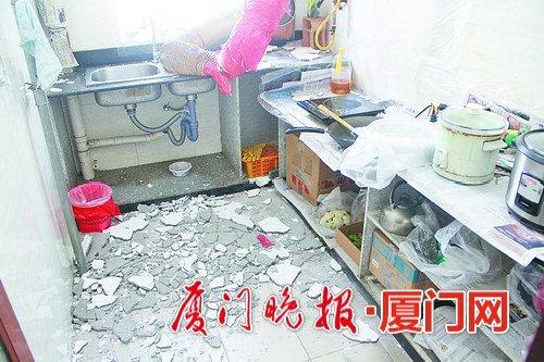 楼上业主违规装修太野蛮 楼下厨房天花板掉水泥块