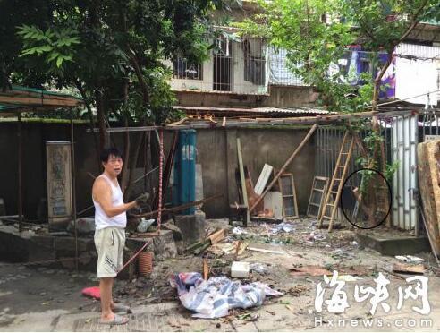 福州一男子小区内砍树搭建停车棚 称别人都在建