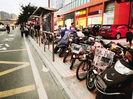"""公交站台成电动车""""停车场"""" 乘客上车有点难"""