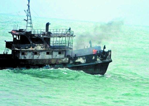 石狮一渔船海上起火 直升机空降救人(图)