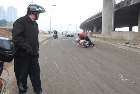 福州琴亭桥下路面成了滑冰场 摔倒众多骑车人