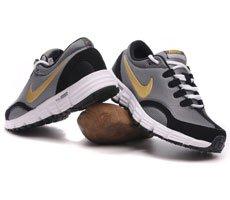 一双好的慢跑鞋或走路鞋