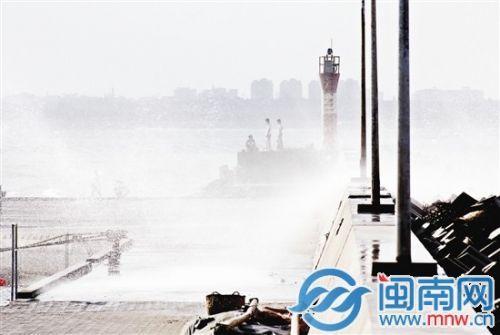 巨浪拍打在晋江衙口防波堤上,溅起的海水像下雨一样