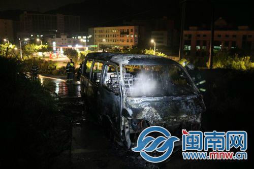 泉州洛江:面包车行驶途中突然起火