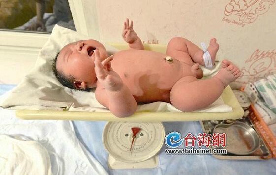 厦35岁高龄产妇产下11斤男婴 产前营养过剩