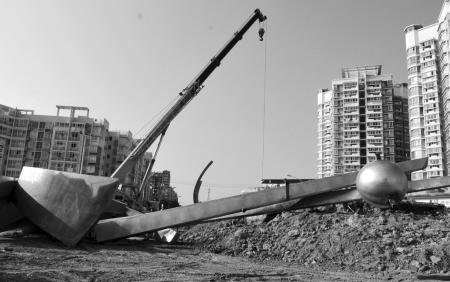 """三叉街环岛雕塑昨拆除完毕 为地铁施工""""让路"""""""
