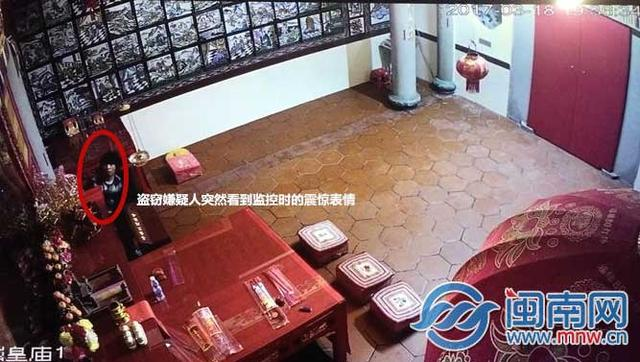 男子爬墙进庙偷香油钱 见摄像头一脸震惊拔腿就跑