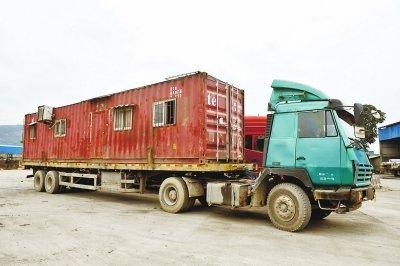 营前收费站发现一辆将集装箱改装成房车的货车,车厢外还挂着空调外机.图片