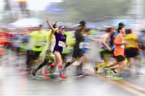 2018厦门马拉松昨日开跑 风雨中选手们热情不减