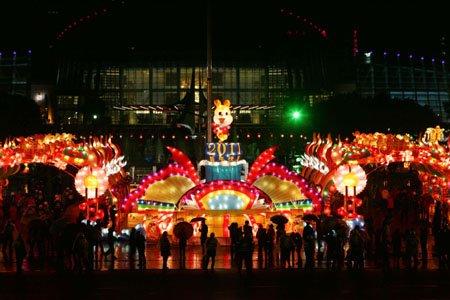 福州南后街、台江、三坊七巷 市民冒雨观灯