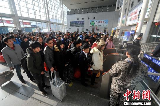 福清火车站全员上岗 全力做好节前春运工作