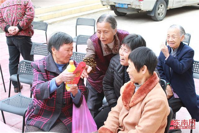 """集美区铁山社区老人每天""""打卡上班""""参与社区活动"""
