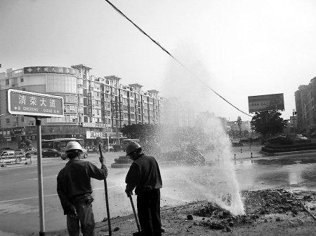"""地下水管破裂 洗车店生意冰火""""两重天"""""""