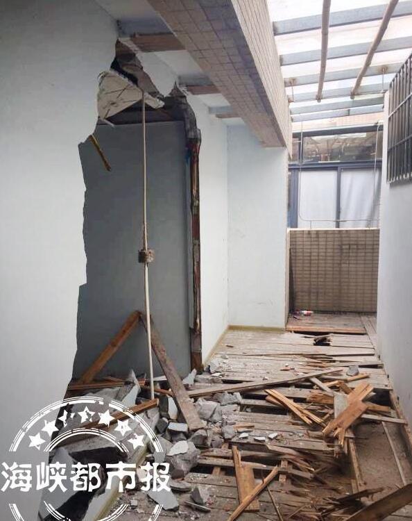福州一小区楼房楼顶 搭盖出一整层违章建筑