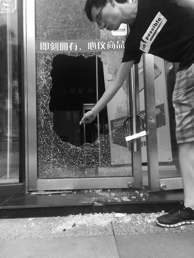 小偷8分钟盗走3万余元财物 店主已加3把锁头