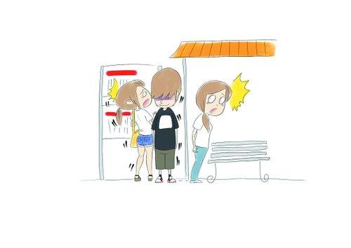 女生看公交车站牌 猥琐男用下体蹭其臀部