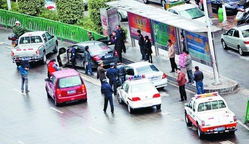 黑车不顾执法车辆阻拦踩油门逃离 部门重罚