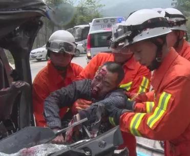 龙海九湖往平和方向路段发生惨烈车祸 一人死亡图片