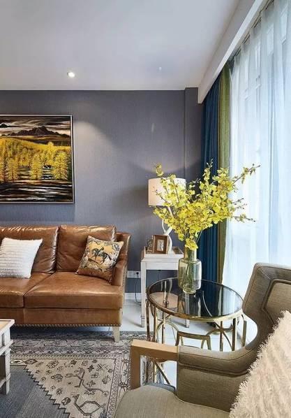 既然是美式风格的家居,自然少不了复古风的棕色皮质沙发,配着美式风格图片