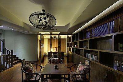 古朴色的书柜不仅显得大方,而且端庄。