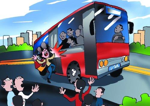 女乘客下公交车手被车门夹住 人被拖行两米图片