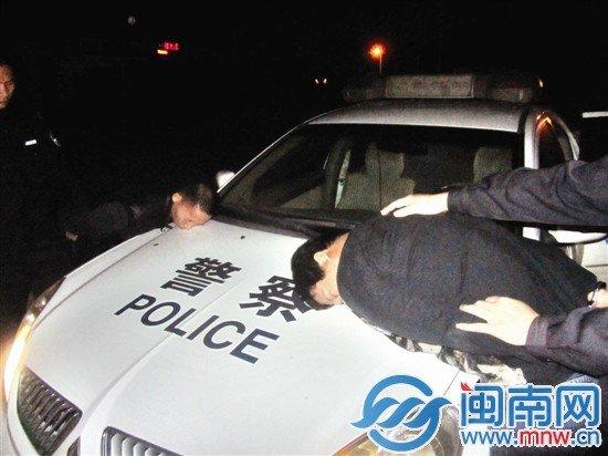 泉南高速上演 猫鼠交锋 油耗子不惧枪撞警车