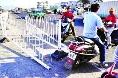 福州福峡路护栏常被掰开 车辆违规掉头(图)
