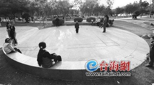 """杏林日东公园两广场一个""""回话""""一个""""沉默"""""""