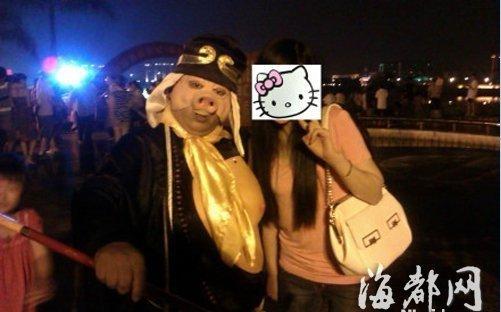 """""""猪八戒""""逛庙会 诱你合影后要钱"""